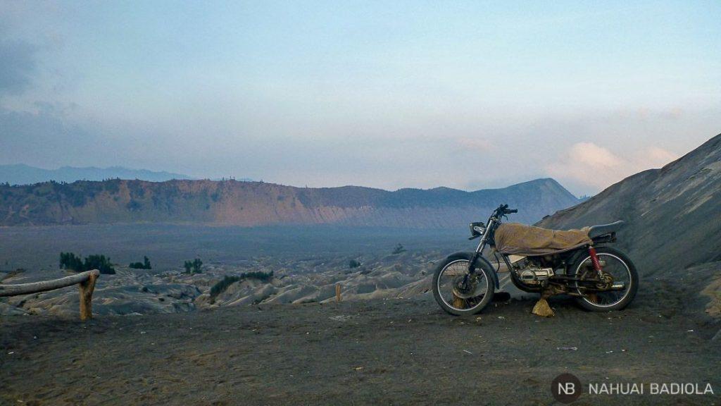 Detalle paisaje Laotian Pasir Bromo con moto