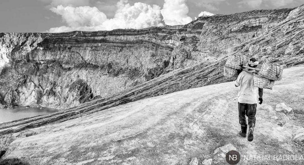 Minero de azufre en volcán de Ijen, Java