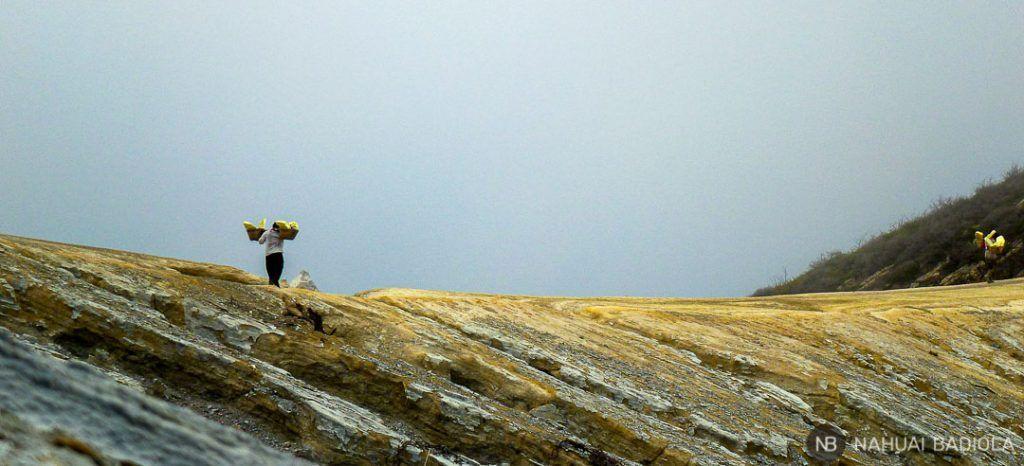 Porteadores de Azufre de regreso desde la mina a la base del Volcán Ijen, Indonesia.
