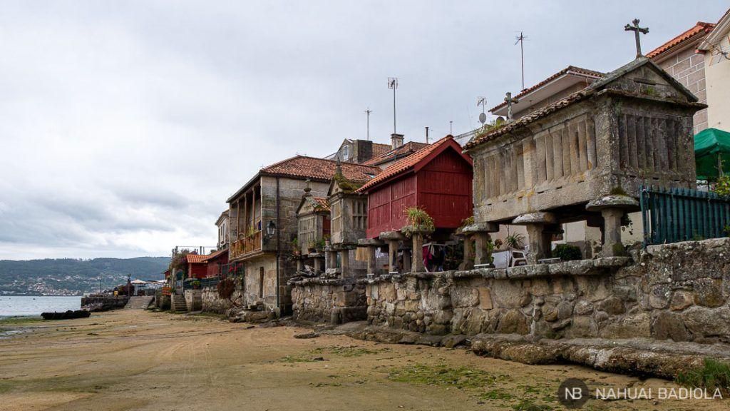 Hórreos en la costa de Combarro, Galicia