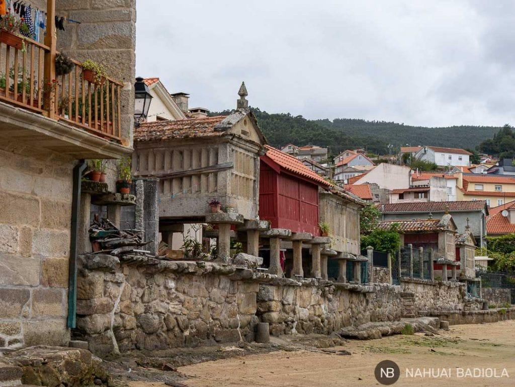 Hórreos frente a la playa de Combarro, Galicia