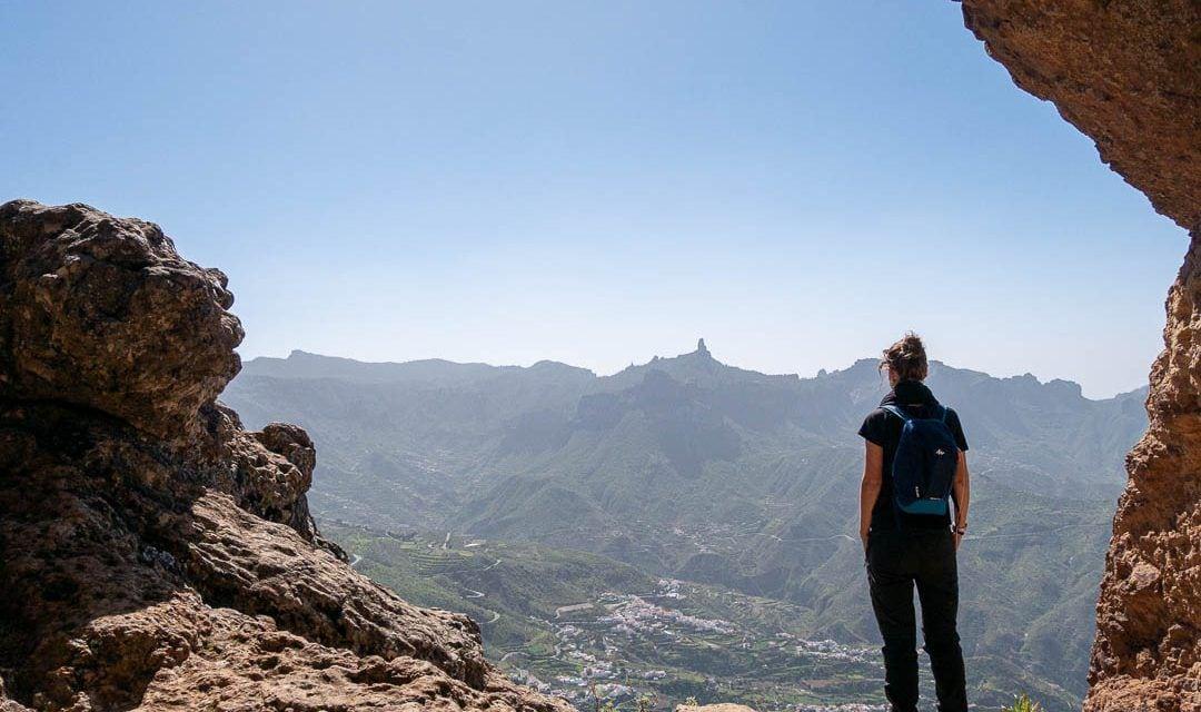Senderista observando las vistas desde las cuevas del Caballero, Gran Canaria