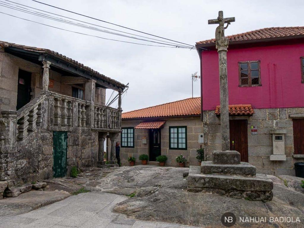 Plaza con la cruz de Combarro, Galicia