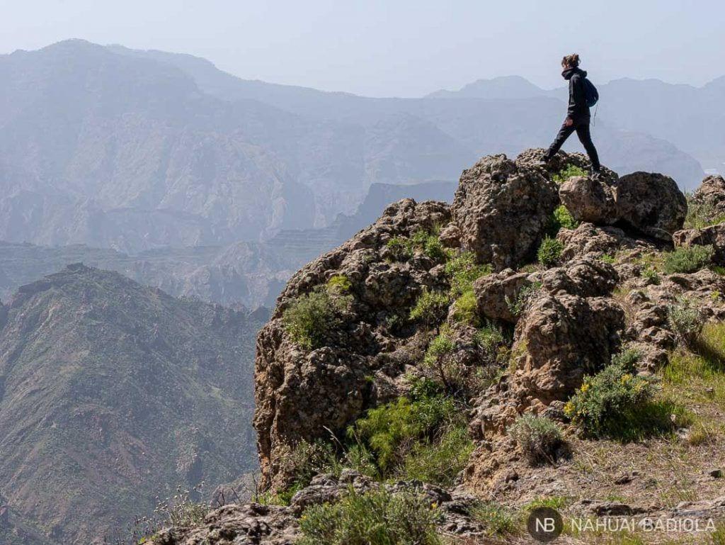 Senderista observando las vistas desde el sendero hacia Cueva de los Candiles