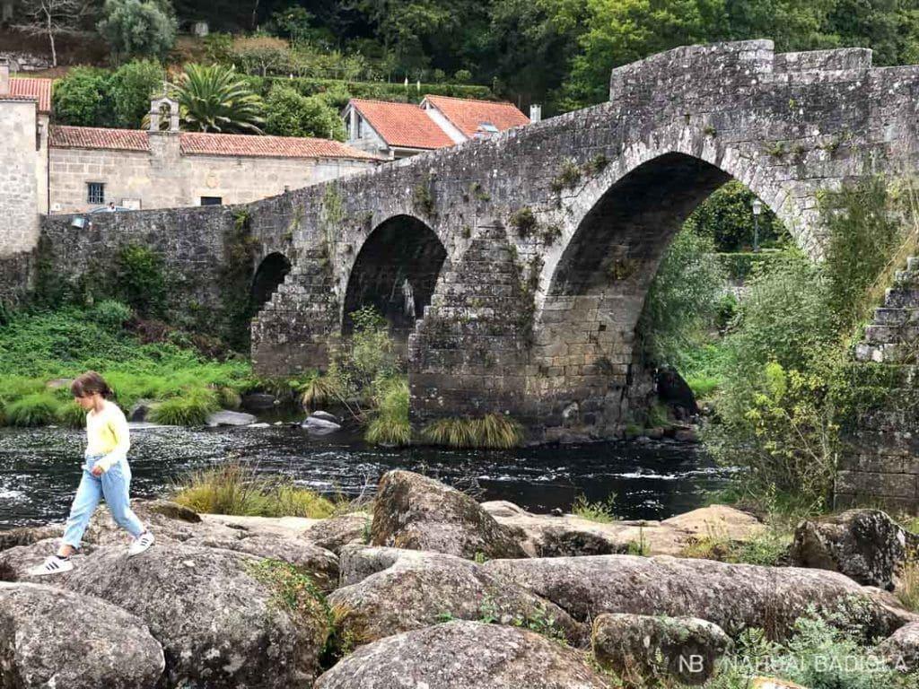 El puente Vella visto desde el Tambre