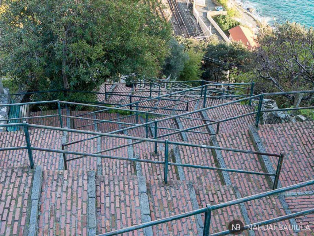 Escaleras que bajan al tren desde Corniglia