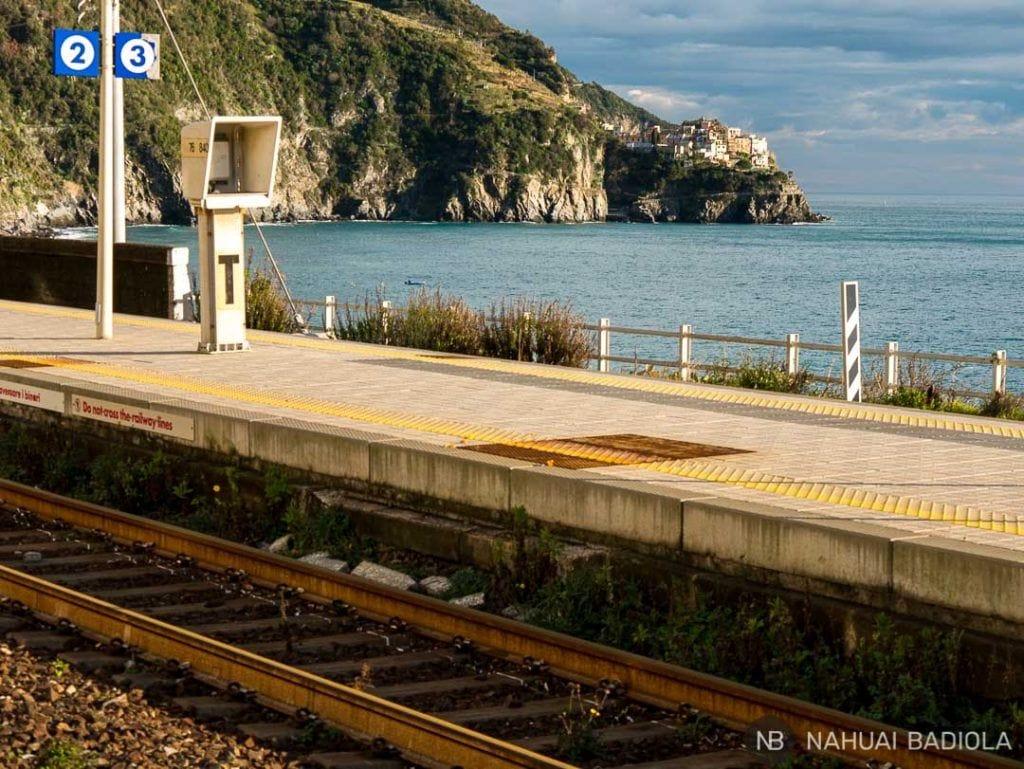 Vista de Manarola mientras esperas al tren en Corniglia