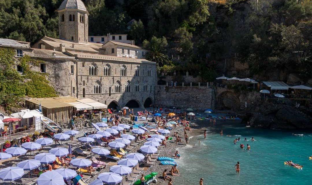 Playa de agua turquesa en San Fruttuoso, Italia