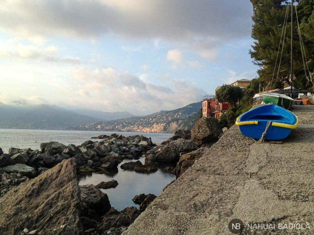 Vista de Camogli al atardecer desde Punta Chiappa