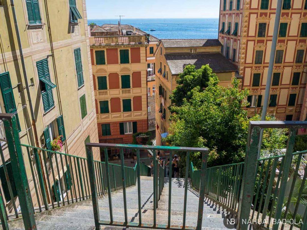 Escaleras para bajar a Camogli desde la estación de tren