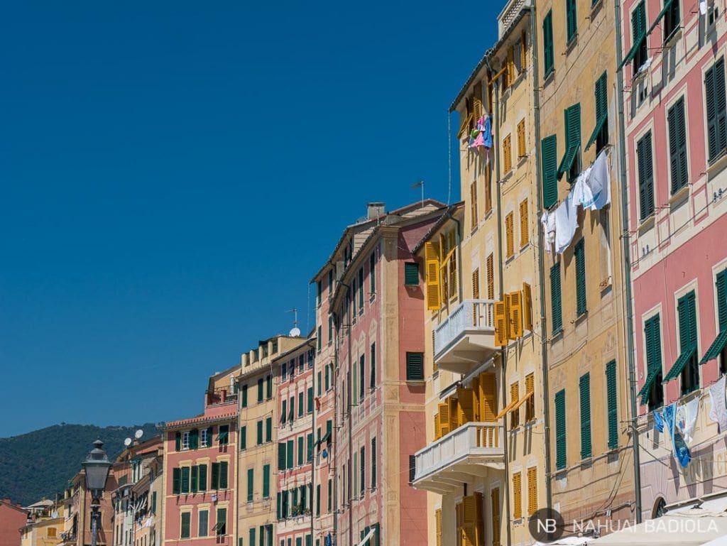 Fachadas de colores pastel en el paseo marítimo de Camogli, Italia