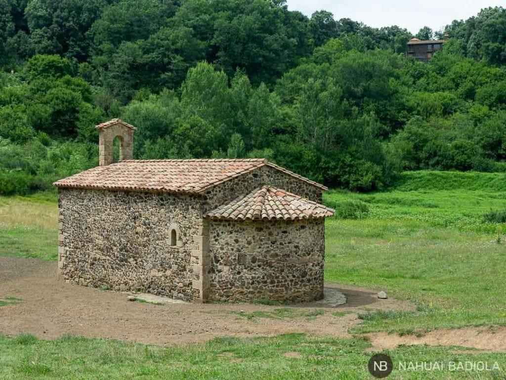 Ermita de Santa Margarida en cráter del volcán.