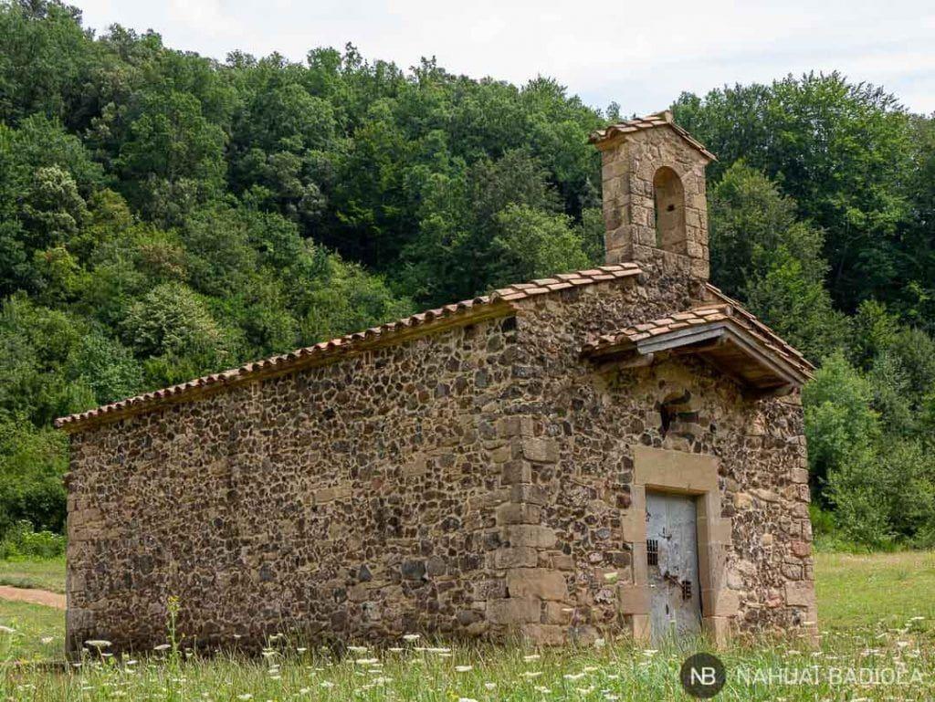 Ermita romana en el interior del volcán Santa Margarida, la Garrotxa, Cataluña