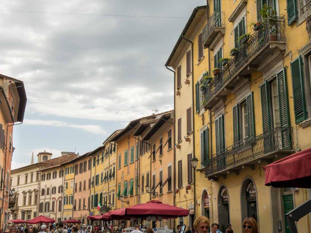 Fachadas de colores amarillos y rojos en Pisa