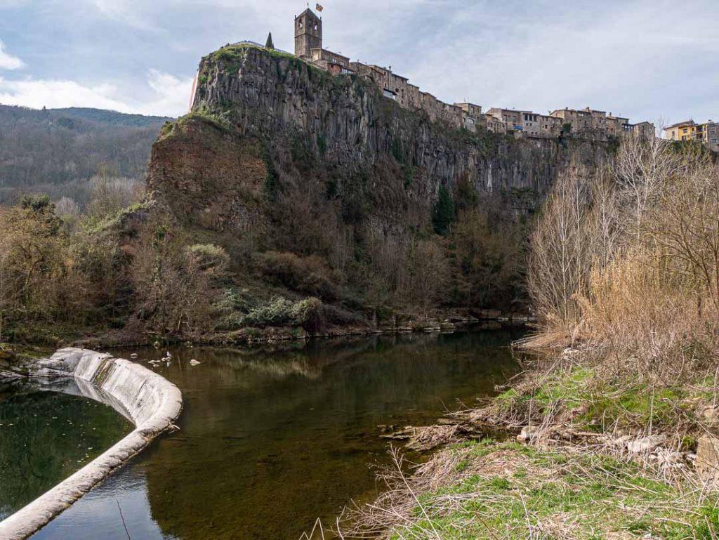 Acantilado de roca bajo Castellfollit