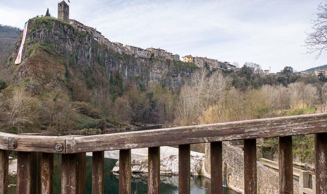 Castellfollit visto desde ruta circular y puente de madera