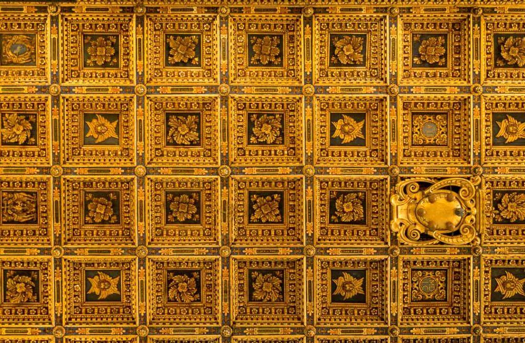 Recubrimiento geométrico del techo interior en el duomo de Pisa