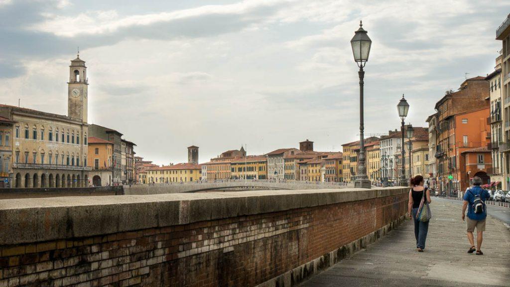 Lungarno o pase junto al río en Pisa