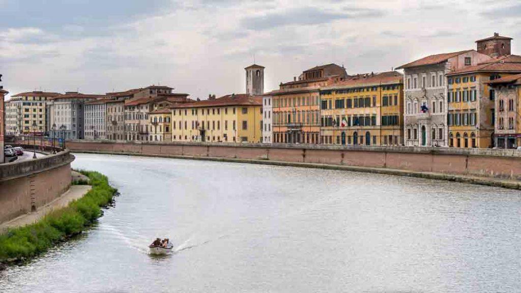 Palacios junto al río Arno, Pisa, Italia.