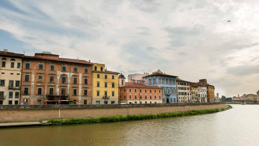 Palacios de colores junto al Arno en Pisa