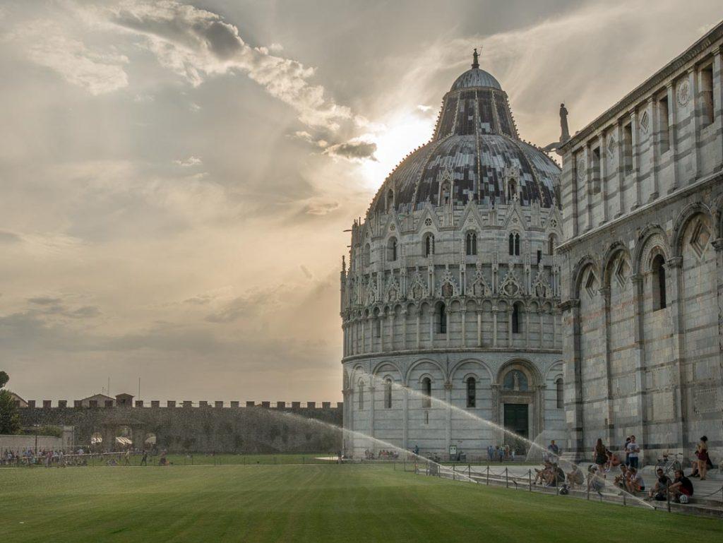 El Baptisterio de Pisa al atardecer.