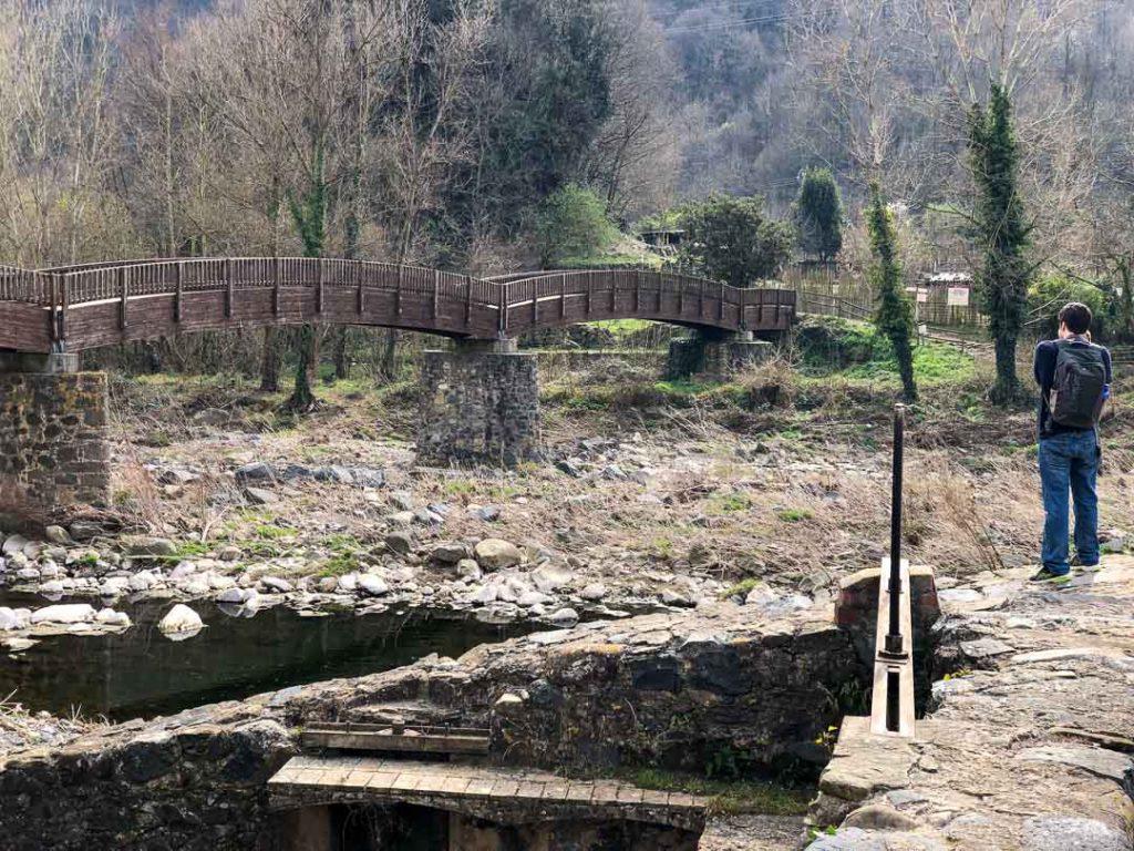 El puente de madera que ofrece vistas a Castellfollit