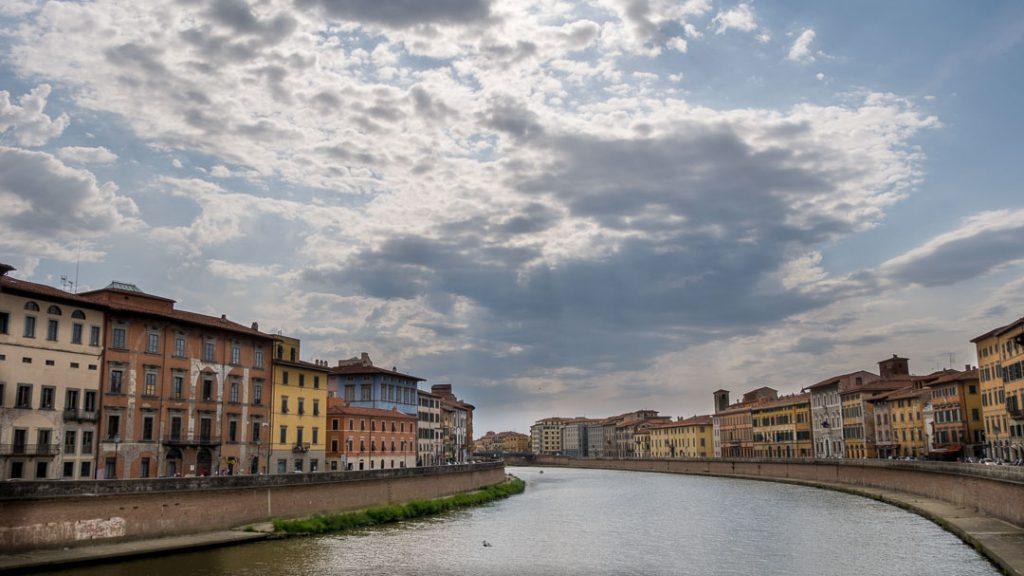 Vista de los palacios desde el Arno, Pisa, Italia
