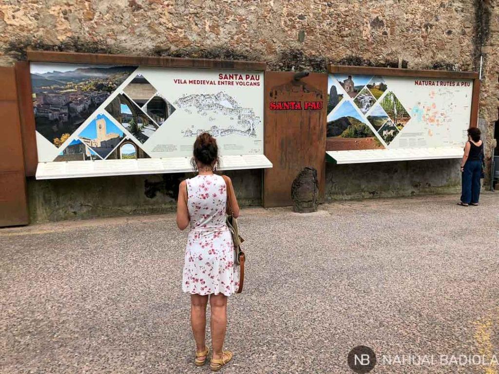 Carteles informativos a la entrada de Santa Pau