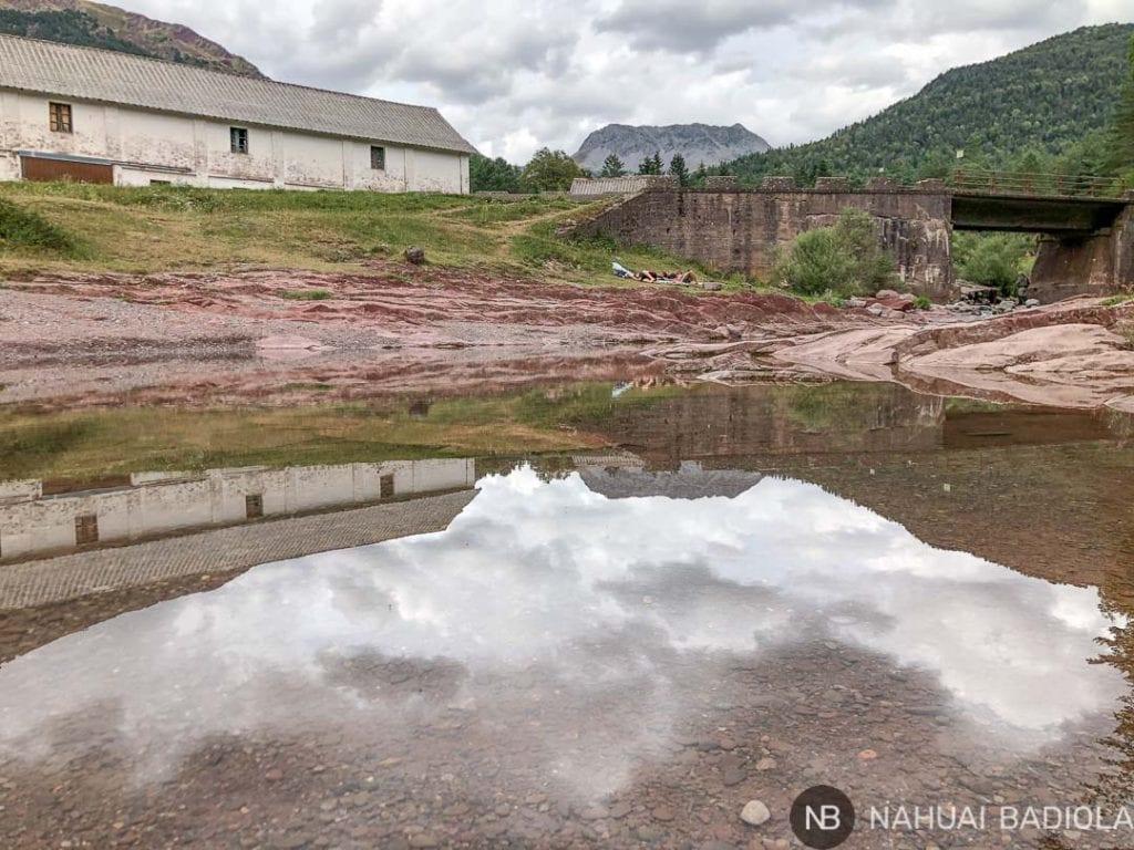 Refugio de Oza reflejado en el río