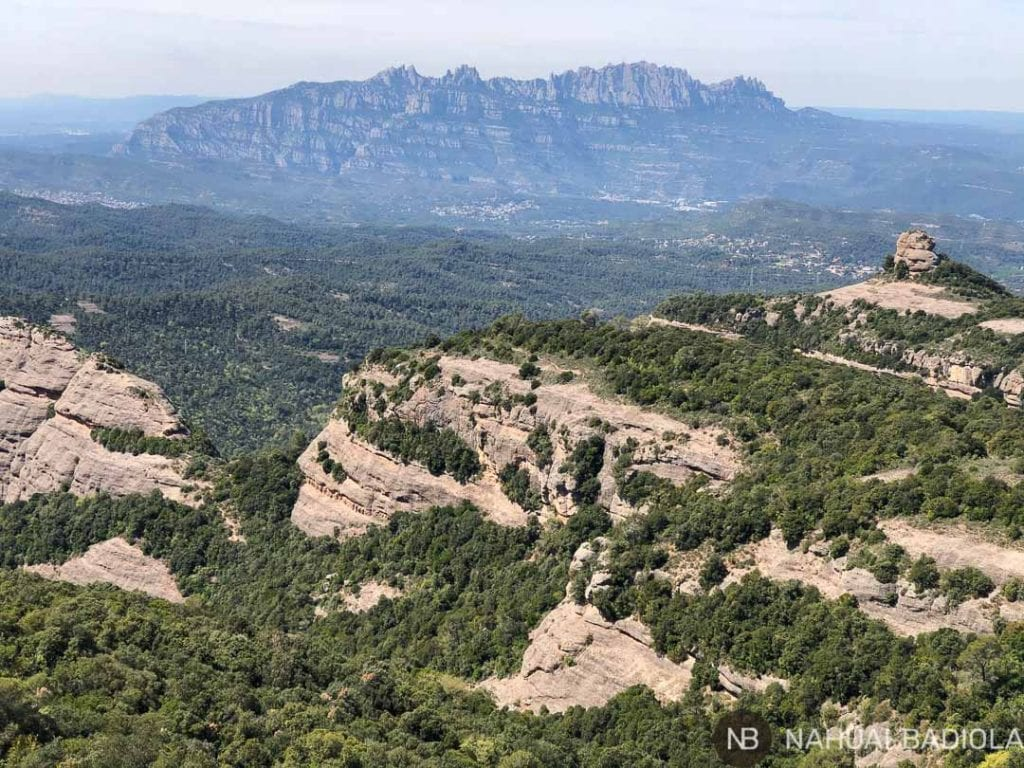 Detalle de Montserrat en segundo plano tras Paller de Tot lAny